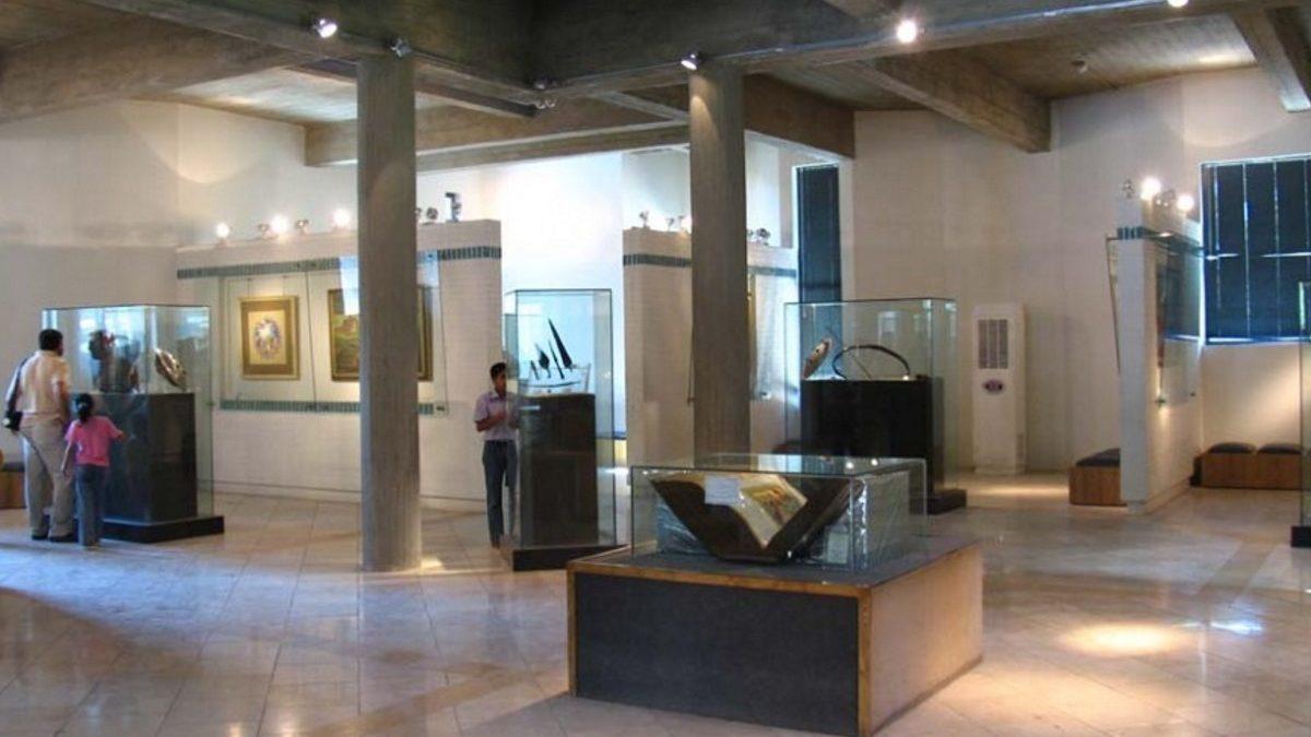 موزه فردوسی در کجا واقع شده و چه اشیایی در آن به نمایش درآمده است؟